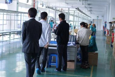 契約工場内を視察する弊社一行
