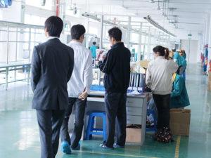 契約工場内を視察する弊社一行 各所で確認や指示を行っています